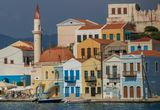 Чудо-остров Кастелоризо. Греция. Отреставрированные и ждущие реставрацию домики в неоклассическом стиле на центральной пристани острова  – визитная карточка Кастелоризо.