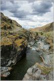 """Небольшой ручей в Тарбагатайском хребте""""пропилил"""" ущелье в скальных породах. К сожалению во время съёмки была сумрачная погода."""
