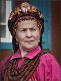 Наследье предков бережно храня, Живут семейские на землях у Байкала.И носят гроздья бус из янтаря.И будут впредь носить. Во чтобы то ни стало!______________________________________Жительница села Большой Куналей Рыжакова Ольга Александровна в традиционном наряде семейских. На груди у нее бусы из янтаря, которые передаются по наследству из поколения в поколение. Бурятия