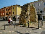 Ворота Порта Монтанара, возведенных римскими легионерами как часть оборонительных сооружений древнего города Амиринум (так назывался в те времена город Римини).