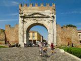 """Арка императора Августа – памятник, сохранившийся со времен Римской империи. Арка была поставлена в 27 году до н.э. после окончания строительства дороги между Римом и побережьем Адриатики. Главный фасад арки, на котором сохранилась надпись """"Золотые ворота"""", обращен в сторону Рима. Во времена средневековья арка использовалась в качестве городских ворот в крепостных стенах, фрагменты которых сохранились до наших дней."""