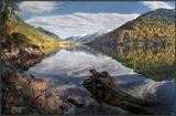 Средь горных вершин, у подножья Зимы  С неспешностью и упоением  Примерила Осень наряды свои,  Любуясь в воде отражением... _____________________________________ Осень на высокогорном озере Соболиное. Хребет Хамар Дабан.