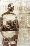 Отражение в витрине магазина фототоваров.
