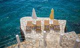 Награда Голубой Флаг ежегодно вручается самым чистым и лучшим пляжам с 1987 года. Турция Каш.По большому счету пляжей в Каше нет! ... Пляж (хотя эту платформу пляжем назвать, конечно, трудно) имеет голубой флаг!