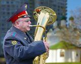 один из музыкантов духового оркестра проходящего маршем по Калининскому проспекту в Москве