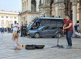 Милан, Площадь Дуомо, уличный музыкант  (рисунок из фотографии)