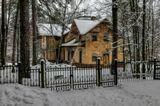 Этот дом построен в конце XIX в. «Морозовская дача» — местное название. Здесь жила Маргарита Кирилловна Морозова, жена сына Саввы Морозова.