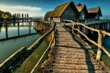 """На немецком берегу Боденского озера / Bodensee в местечке Ульдинген / Uhldingen, вернее, в Нижнем Ульдингене / Unteruhldingen, расположен очень интересный и оригинальный музей под открытым небом - Pfahlbauten Museum, или в прямом переводе на русский язык - «Музей деревянных свай». По нашему мнению, правильнее было бы перевести название музея так: """"Исторический музей древних поселений, возведенных на сваях"""", или «Музей на деревянных сваях»."""