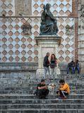Перуджа. На фотографии часть бокового фасада Кафедрального собора Сан Лоренцо (Cattedrale di San Lorenzo)  и бронзовая статуя папы Юлия III, выполненная Винченцо Данти в 1555 г.
