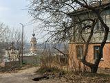 В некотором смысле кадр - исторический. Теперь там впендюрили чудо-теремок и церковь больше не видно.