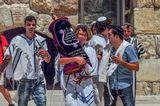 Иерусалим-Стена Плача  Празднование бармицва  Бар-Мицва - церемония религиозного совершеннолетия у мальчиков. Также и называют именниника (в переводе с иврита это значит Сын Заповедей). Происходит она на 13ый день рождения еврейского парня. Обычно там присутствуют многие родственники (преимущественно мужчины), даже дальние и те, кто живёт далеко, друзья и приятели именниника. На церемонии Бар-Мицва читает из Торы, принимает на себя определённые