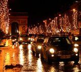 Париж. Поля и арка. Дождь. Канун Нового года.