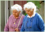 Очень пожилые старушки, шли осторожно, всё время, глядя себе под ноги. Оптика 28-300мм, Иерусалим.
