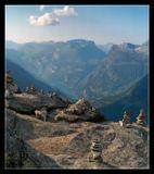 Вечер, после 17 часов, поэтому освещение косое, сквозь дымку. Ледник Briksdalsbreen, высота над уровнем моря 1500 метров. Внизу фьорд Гейрангер (самый красивый в Норвегии) и жара +34.  По народной традиции в Норвегии строили эти каменные пирамидки, что бы не терять дорогу под снегом. Современное поверье гласит - оставив в горах каменную пирамидку, вы вызываете маленького ТРОЛЛЯ, который вам благоволит за то, что вы дали ему жизнь:))