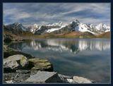 Швейцария. Осень. Одно из трех озер Lacs De Fenetre (около 2500м вум). На ЗП справа - Mont Dolent, по этой вершине проходит граница трех стран: Швейцария, Италия, Франция. При съемке использован поляризатор.
