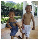 Китайские ребятишки в естественной среде, т.е. в Китае. :-)