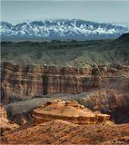 Чарынский каньон в Казахстане, на горизонте - хребет Кетмень.