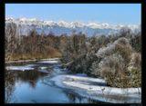 Мороз развесил иней, как сережки, Накрыл фатой вершины гор... Ночами он долину украшает, Готовя для Зимы простор... ------------------------------ Поздняя осень. Бурятия. Тункинская долина.  На ЗП отроги Восточных Саян.
