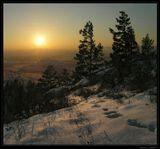 Задумавшись совсем немножко, И, даже, покраснев слегка, Посмотрит Солнце на дорожку, И распростится с нами до утра...  ---------------------------------------- Зимний закат в древних горах. Бурятия.