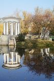 Маленький пруд и ротонда в городском парке