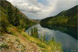 """Кольсай (в переводе с казахского - """"озеро в ущелье"""") находится в 300 км езды от Алма-Аты на восток. 1400 м над уровнем моря. Длина 2 км, ширина до 800 м, глубина - до 60 м. Выше в горы - еще два Кольсая, размером поменьше, но ливень помешал туда добраться."""