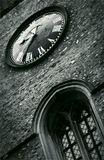 Старинная башня с часами в пригороде Лондона.
