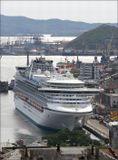 большие корабли из океана... А если точнее, то в нашу бухту Золотой Рог заходила Сапфировая ПринцессаЛайнер «Сапфировая принцесса» приписан к порту Гамильтон, а ходит под флагом Бермудских островов.