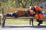 спящие комунальные работники на лавочке  спящие комунальные работники Спишь, спишь - и отдохнуть некогда. день,улица спящие комунальные работники на лавочке,метла