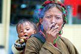 Тибетская женшина с ребенком сигаретой угостил Олег-)))