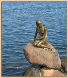 Эту скульптуру заказал богатый датский купец, и в качестве модели предложил местную балерину... Но скульптор, взял  моделью свою жену... ;)  И стояла эта Русалочка сто лет, пока не увидел её американский фотокор... !!! После этого к ней пришла слава !!! :-))
