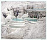 тены, террасы и Памуккале занимают территорию около 2,5 км в длину и 0,5 км в ширину. Их необычный вид - результат деятельности горячих вулканических источников, бьющих из- под земли на лежащем выше плато. Вода этих источников насыщена известью и другими минералами, которые вымываются из горных пород дождевой водой, просачиваются вместе с ней сквозь почву и таким образом попадают в источники. Почти все, что есть в этой воде, покрывается известью.